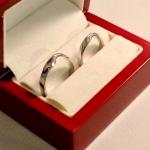 Voici une paire d'alliances et anneaux de Moebius en or blanc.