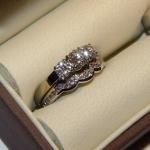 Alliance dame en or blanc et diamants venant compléter la bague de fiançailles.