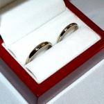 Une paire d'alliances or blanc demi jonc non rhodié (plus gris si vous le comparez avec celles qui le sont) avec comme petite touche personnelle, la gravure les initiales des futurs mariés sur le dessus.