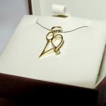 Petit ange stylisé en or jaune réalisé sur base du croquis du client.