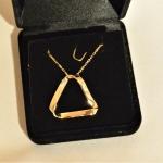 Un anneau de Moebius en or jaune sans bélière cette fois.