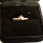 Une petit bague or jaune avec une étoile à 5 branches.