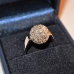 Voici une bague en or blanc, la boule de 1 cm de diamètre est couverte de 41 petits diamants de 2 mm pour obtenir une bonne couverture.