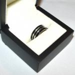 Bague or blanc émaillée en noir, réalisée à partir du croquis du client.
