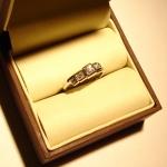 Voici une bague en or blanc sertie de diamants réalisée sur base du croquis du client.