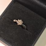 Un diamant en solitaire monté sur un bague or blanc.