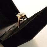 Voici une bague or jaune avec un tout fin sertis clos, réalisée avec d'anciens bijoux.