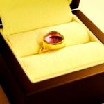 Bague or jaune avec une améthyste en solitaire, réalisée à partir d'anciens bijoux du client.