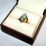 Bague or jaune avec, en solitaire, une turquoise en forme de navette incluse de pyrite. Réalisée avec l'or d'anciens bijoux.