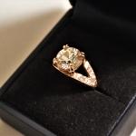Voici une bague or rose avec diamants.