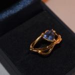 Voici un saphir bleu monté sur une bague or jaune réalisée à partir d'anciens bijoux recyclés qui ne plaisaient plus.
