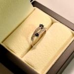 Voici une version du toi en or blanc, saphir et diamants.