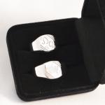 Voici une paire de chevalières en argent gravées aux initiales du couple.