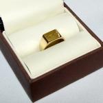 Chevalière or jaune gravée aux initiales du client.