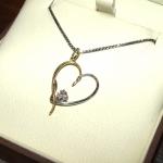 Petit cœur tendre (bis) Cette pièce est une variante de ma création initiale faite à la demande. Pendentif cœur or jaune et blanc rhodié avec 3 petits diamants.