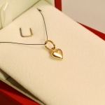 Voici un petit cœur charnu en or jaune porté en pendentif.