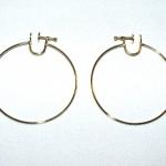 Créole de 45 mm de diamètre en or jaune avec un système d'attache à visser discret pour oreilles non percées.