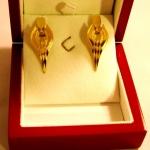 Et la paire de boucles d'oreilles or jaune montées en système clip venant compléter la bague et le collier.