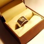 Diamant taille rose serti dans une bague en argent rhodié.