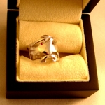 Bague dragon en or blanc avec pour œil un rubis. Réalisée à partir des croquis du client.