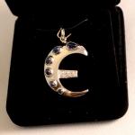 Pour cette pièce l'on m'a confié ces 6 saphirs cabochons aux formes improbable, ces 3 diamants, l'instruction de faire un E stylisé comme celui de l'Euro mais pas comme celui de l'euro et le tout en or blanc.