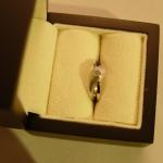 Bague or blanc texturée et polie avec un diamant pour solitaire.