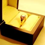 Bague or jaune avec un quartz rose flanqué de deux saphirs bleus taille brillant dans des sertissures ogivales.