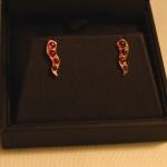 Une paire de boucles d'oreilles or jaune et rubis réalisée à partir d'anciens bijoux.