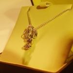 Pendentif en argent. Sculpture d'un dragon chinois se lovant autour d'une clef de vie.