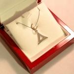 Triangle ouvert à bord large, une création personnel. Un pendentif en argent.