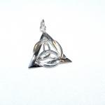 Pendentif triquetra, triangle et cercle en argent, symboles de vie et de continuité, réalisé sur base du croquis du client