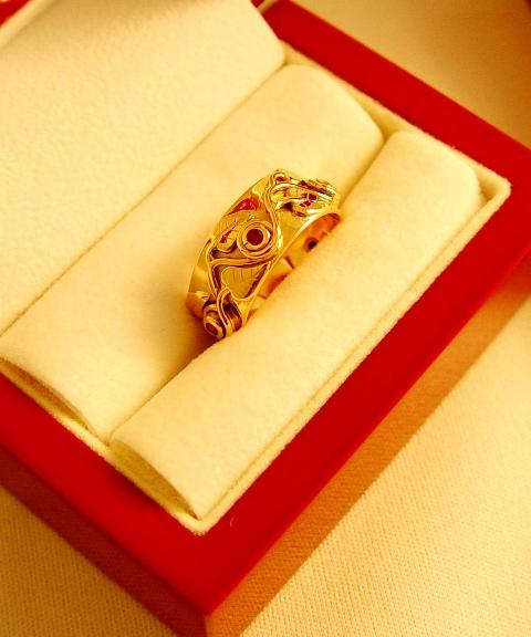Alliance en or rose avec 5 petits rubis et 10 petites feuilles.