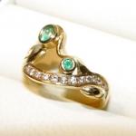 La bague or jaune sertie de diamants et d'émeraudes. A la demande de mon client cette pièce restera une œuvre exclusive.