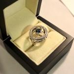 Voici une bague en or blanc saphir et diamants réalisée à partir du cadran d'une vieille montre.