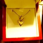 Voici un pendentif en argent, un cœur charnu.