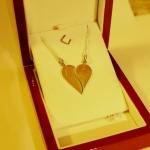 Une paire de pendentif en argent formant un coeur.