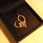 Pendentif en forme de cœur fait de 4 lettres, des 3 ors et 5 diamants.