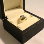 Ici, nous avons une bague or blanc et jaune avec un diamant en solitaire bordé de malachite incrustée.