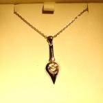 Pendentif en or blanc et diamant taille rose. Pièce réalisée à partir d'anciens bijoux qui ont trouvé une nouvelle vie.