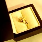 Une fleur de lys Calla en or jaune et au pistil en or blanc couvert de petits diamants.