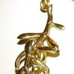 Une branche d'olivier en or jaune.
