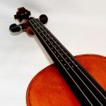 Mise en place de petit repère en argent pour un apprenti violoniste.