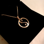 Ying yang en or rose avec diamants blanc et noire.