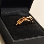 Voici une bague faite de 3 anneaux entrelacés, réalisée avec le veil or du client.