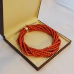 Collier de perles de corail 8 rangs avec un fermoir or jaune.