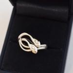 Voici une bague or blanc et diamants, deux serpent côte à côte. Une ancienne bague un peut cabossée a été prise pour modèle.