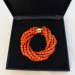 Voici un bracelet coraille 7 rangs avec un fermoir en or jaune assorti au collier coraille suivant.
