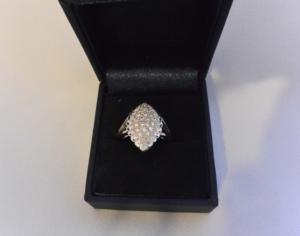 Voici une bague or blanc et diamants sauvées de la fonte.