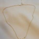 Voici un collier en argent qui m'a été confié pour y apporter deux modifications, à l'avant une rose des vents a été placée et à l'arriéré, en bijoux de dos, j'y ai pendu une étoile à 5 branches. Cette dernière sera déplacée devant après le mariage.