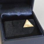 Voilà un même modèle décliné en pendentif en argent, en or jaune ainsi qu'une version pins en or jaune également.